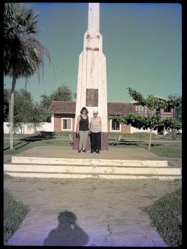 Frente al monumento en Bahía Negra, 1990. Viaje de exploración arqueológica.