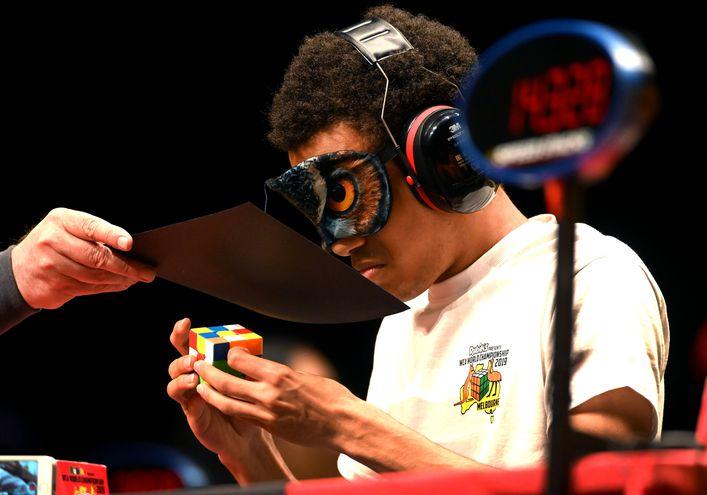 Competición con cubo Rubik.