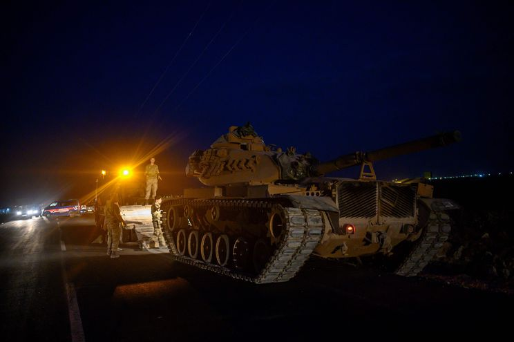 Un tanque del Ejército turco se dirige a la frontera con Siria.