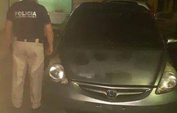 Los intervinientes hallaron un contrato privado apócrifo en el interior del vehículo abandonado por la mujer.