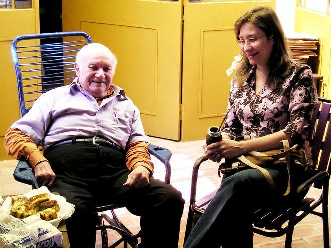 Cayo Sila Godoy y Luz María Bobadilla, quien se considera discípula del guitarrista, en una visita a su casa.