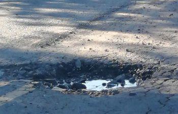 Baches en la calle que une la compañía Naranajaisy de Villeta con Nueva Italia y el asfaltado aún no fue inaugurado.