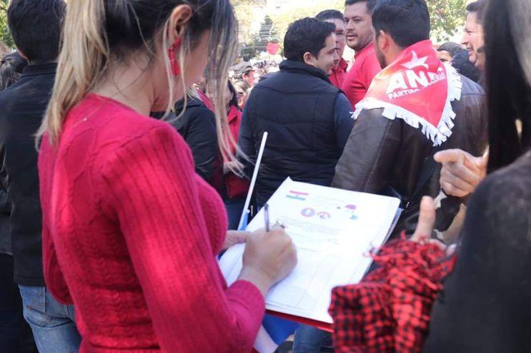 La intendenta de Quyquyhó, Patricia Corvalán, anotando los nombres de los funcionarios que participaron de la concentración.