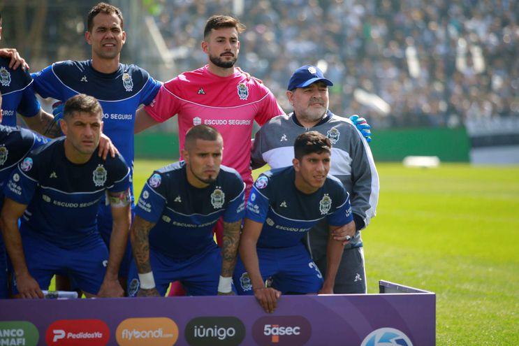 junto al nuevo técnico Diego Armando Maradona.