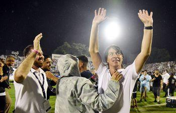 Daniel Garnero festeja haciendo historia en el fútbol paraguayo.