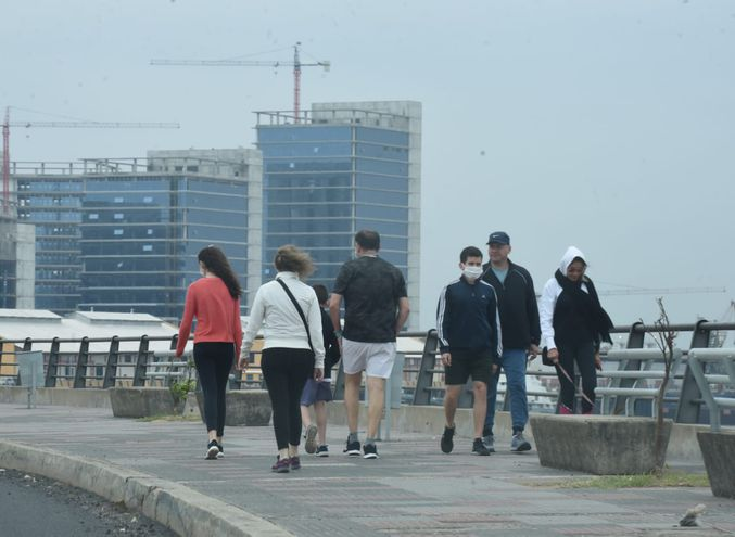 Personas caminando en la Costanera de Asunción. Los efectos del frente frío persistirán durante el fin de semana.