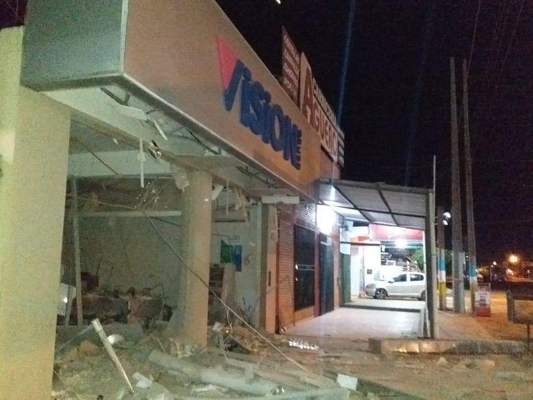 Fachada del banco Visión, tras el asalto perpetrado esta madrugada.