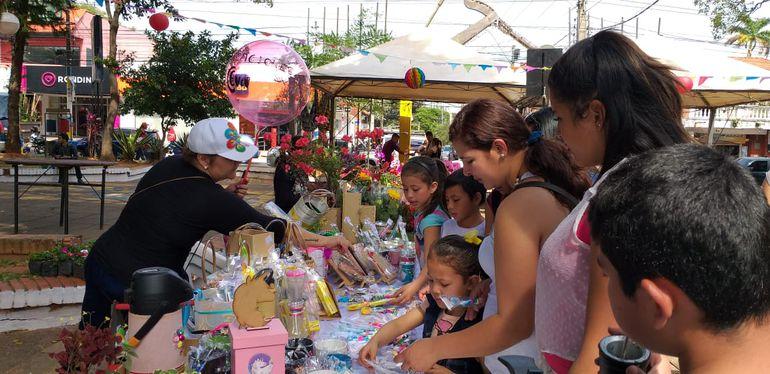 Variados productos y a precios muy accesibles se pueden encontrar hoy en la plaza Mariscal López, de Luque.