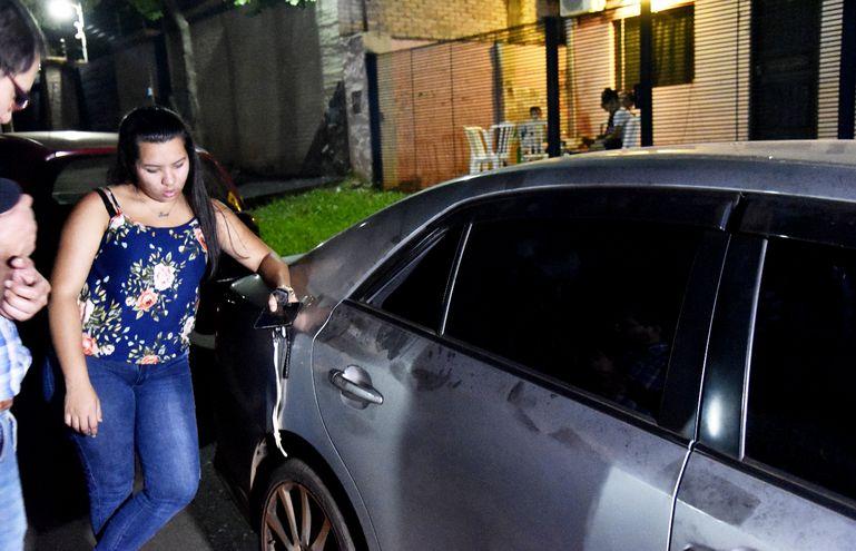 Una de las víctimas más recientes observa el vehículo atracado por los tortoleros. Este hecho ocurrió en la noche del pasado viernes en la ciudad de Luque.