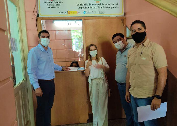 El intendente electo, Magín Benítez, junto a los concejales liberales electos Fabiola Torres y Luis Silva y el Lic. Román Cuyer, que conformarán el equipo de transición, durante la visita a la Municipalidad de Villarrica.