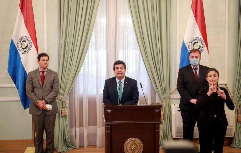 De izq. a der.: el senador Silvio Ovelar, el vicepresidente Hugo Velázquez y el ministro Benigno López. Fue ayer a la tarde en Palacio.