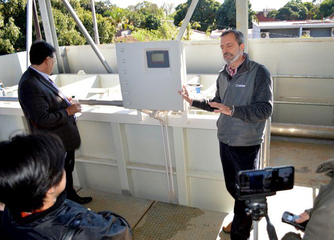 Carlos Bruni, de la empresa Saluber Para- guay, explica el funcionamiento de la planta de tratamiento de Ingavi.