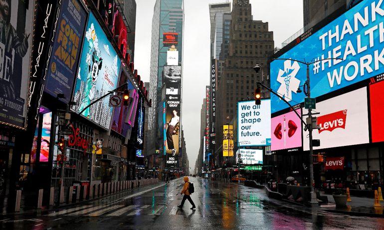 Foto hecha el martes: un solitario hombre camina por un Times Square (Nueva York) totalmente vacío a causa del coronavirus.