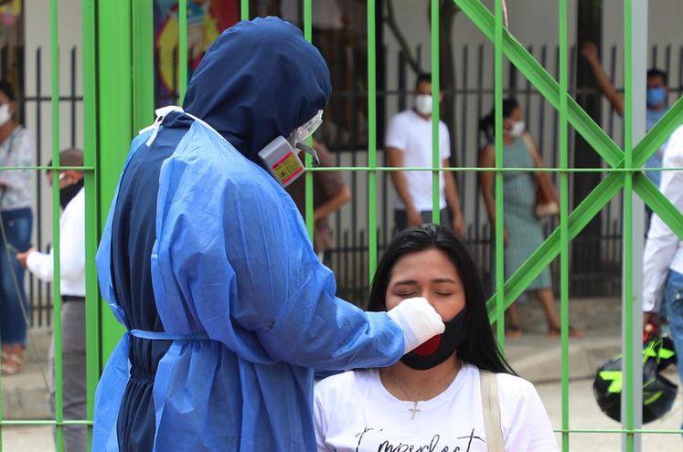Trabajador sanitario mientras realiza una prueba de COVID-19.