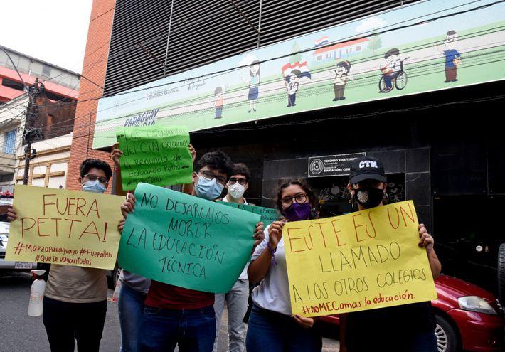 Estudiantes del Colegio Técnico Nacional pidieron la renuncia del ministro Petta.