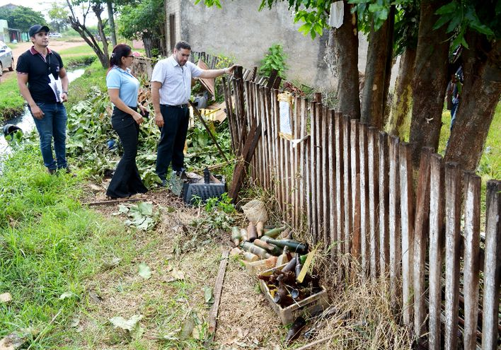 Funcionarios del Ministerio Público y la comuna de  Concepción observan un predio allanado. Fue en el barrio Itacurubí.