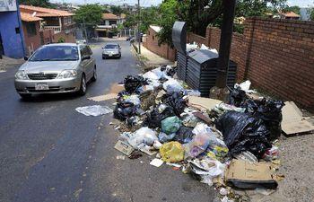 El descontrol mental, que maneja a las personas a moverse de acuerdo a sus instintos, integra uno de los factores deplorables que visten a la Asunción con basuras.