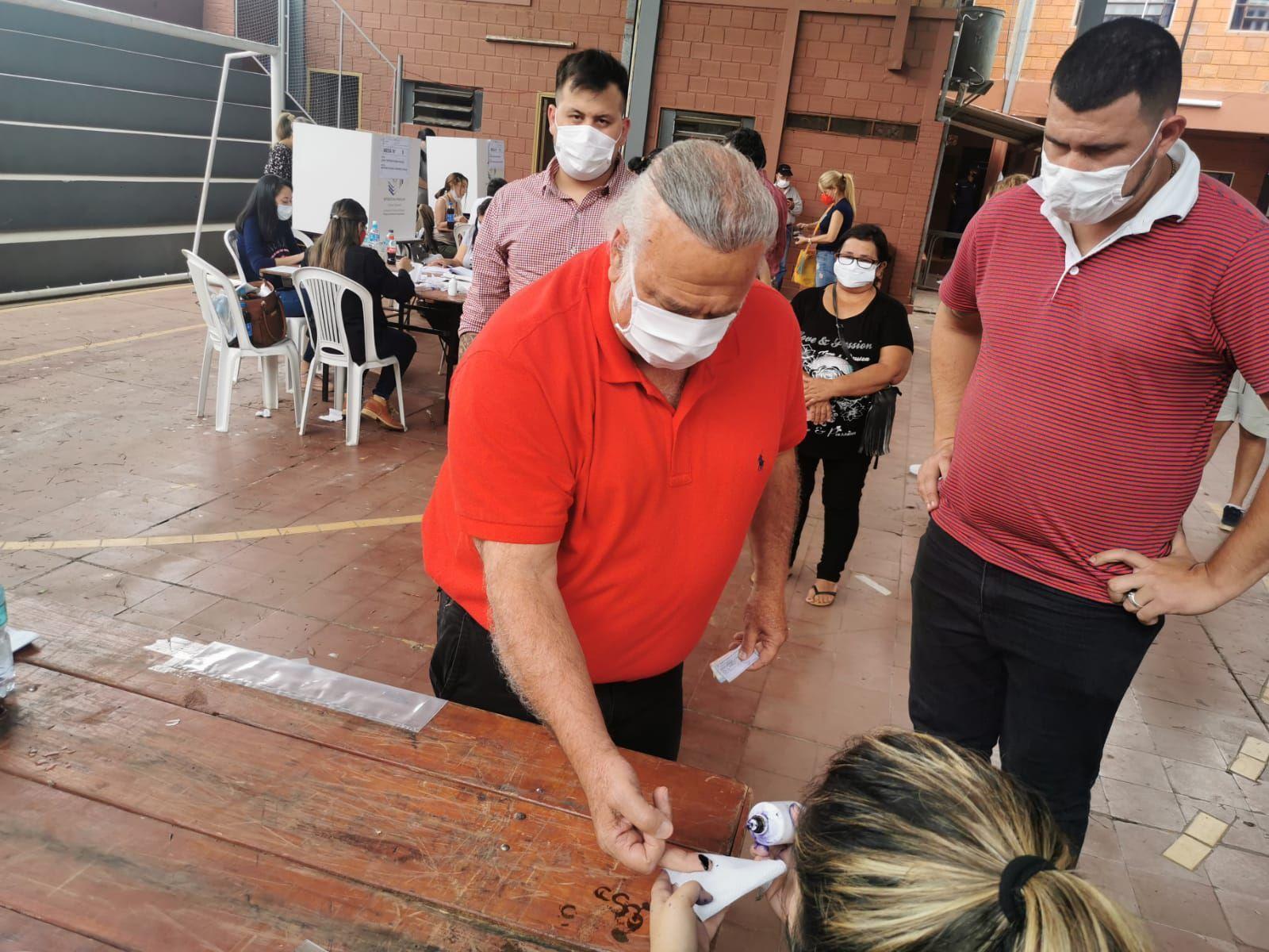 Óscar González Daher y su hijo Rubén González Chaves fueron escoltados por policías para evitar a la prensa