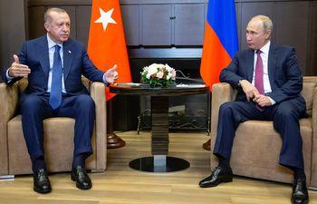 Imagen de archivo de los presidentes de Turquía, Recep Tayyip Erdogan (i) y el ruso, Vladímir Putin (d).