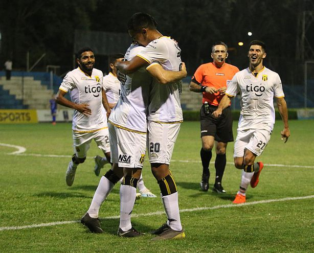 Roberto Fernández (20) festeja el gol con sus compañeros (el segundo aborigen),  en Itauguá.