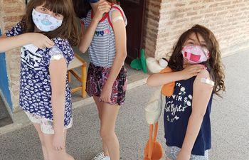 Hijas de paraguayos fueron vacunadas con la dosis anticovid en Argentina.