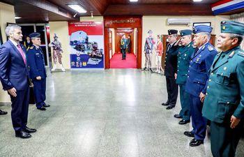 Mario Abdo (izq.) hizo ayer oficina en el Comando en Jefe de las Fuerzas Armadas, en Asunción.