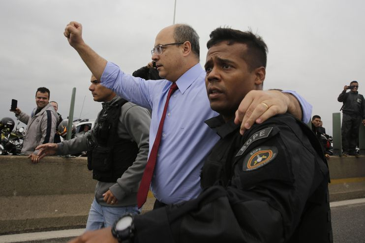 Wilson Witzel (c), gobernador del estado de Rio de Janeiro, celebra luego de que un francotirador de la Policía de elite de Río de Janeiro abatiera al secuestrador que mantenía este martes como rehenes a los ocupantes de un autobús, a quienes las autoridades lograron liberarlos, en el puente Rio-Niterói, en Río de Janeiro (Brasil).