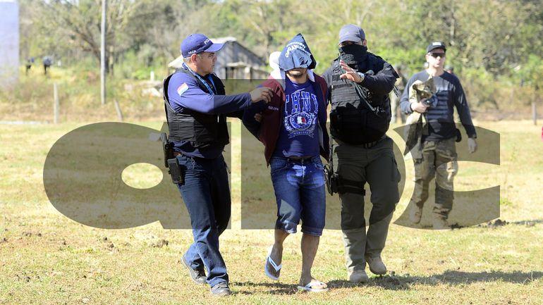 Lico'i aparece escoltado por policías. Atrás, el fiscal Marcelo Pecci.