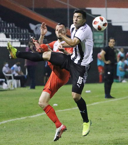 Alborno (salió lesionado) y Oviedo (15), en el amistoso del sábado.