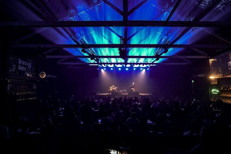 El dúo de músicos uruguayos Spuntone y Mendaro tocan durante uno de los primeros shows en vivo con protocolo sanitario de Uruguay, el 31 de julio pasado.