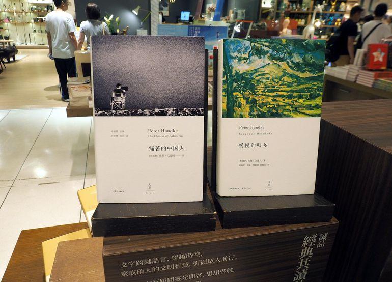 Libros de Handke traducidos al mandarín se ofertan en una librería de Taipei, en Taiwán.