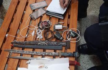 Teléfonos usados para extorsionar,  anotaciones, dos cuchillos tipo espadín, entre otros objetos incautados de una celda en el Cereso.