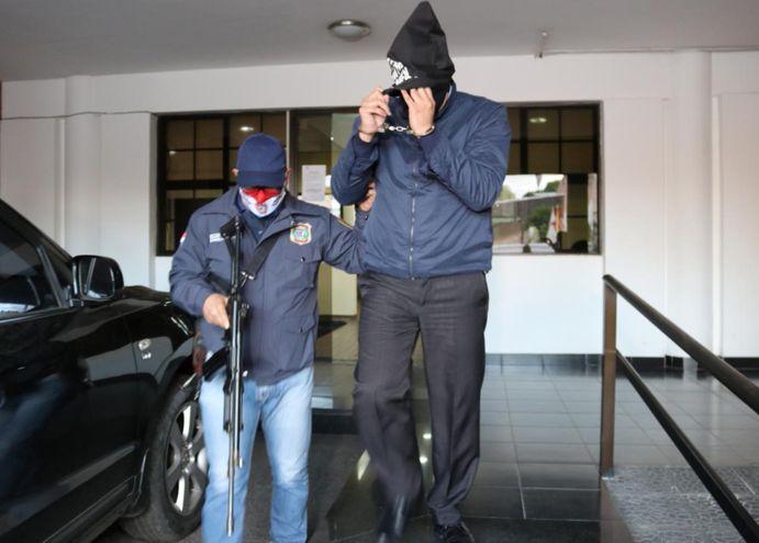El exdirector de Tacumbú, Hernán Enrique Bogarín Colmán, a su salida de la sede fiscal luego de terminar  su audiencia indagatoria.