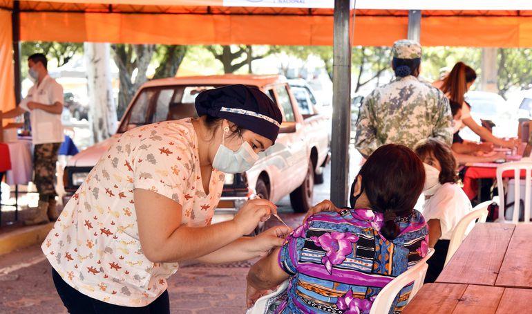 Ayer, solo los vacunatorios masivos como la Secretaría Nacional de Deportes abrió para vacunar a los adultos rezagados.