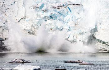 Momento del derrumbe de parte del hielo del glaciar Apusiajik, en Groenlandia, en agosto de 2019.