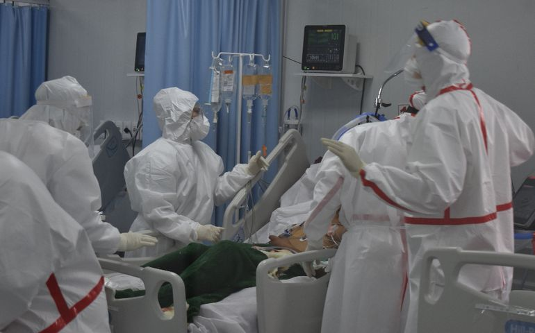 En el Hospital Nacional se liberan las camas y se vuelven a llenar. Piden extremar cuidados porque están muriendo jóvenes.