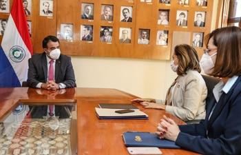 La nueva titular de la AFD, Teresa Rivarola de Velilla y el ministro de Hacienda Óscar Llamosas durante la reunión en la sede del fisco