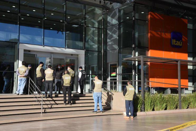 Agentes de la Policía y funcionarios municipales procedieron a cerrar el local de un conocido banco.