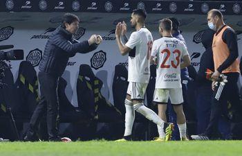 Daniel Garnero festeja junto a Carlos Rolón y Nicolás Domingo.