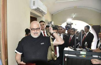 Paraguayo Cubas (Cruzada Nacional) protagonizó varios incidentes en la cámara y fuera de ella, que le valieron suspensiones hasta que finalmente fue expulsado por la mayoría de sus colegas.