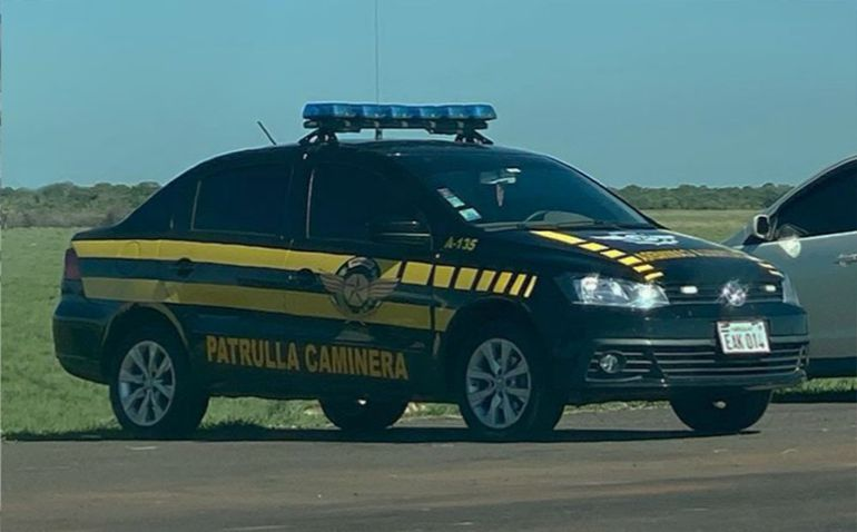 El vehículo de los agentes que supuestamente pidieron la coima a los extranjeros es un Volkswagen Voyage de chapa  EAK 014 móvil A-135.