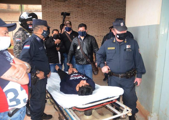 El custodio que admitió el homicidio tuvo que ser trasladado esposado y en una camilla tras su detención.