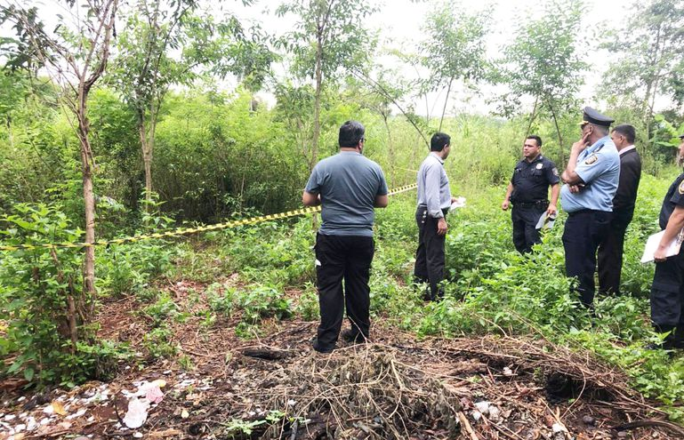 El  baldío donde fueron depositados los  cadáveres queda junto a la casa en la que ocurrió la masacre.