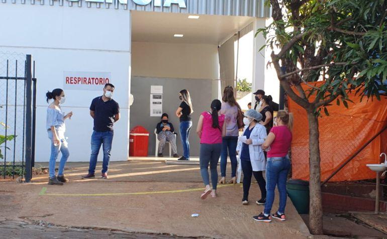 Larga fila de personas. Esperan acceder a las pruebas en CDE.