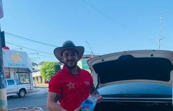 Diego René Dávalos Vázquez cuando repartía kits de higiene en su recorrido. En su informe dice que nada gastará en su campaña electoral.