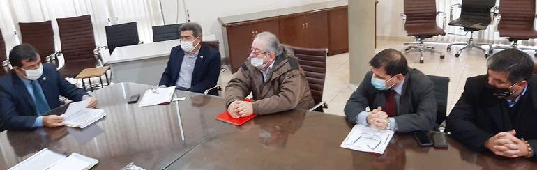 Integrantes del Consejo de la Magistratura reunidos con el ingeniero Rubén Alcides López (izquierda).