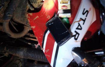 La motocicleta del fallecido y otras pertenencias que quedaron en el lugar.