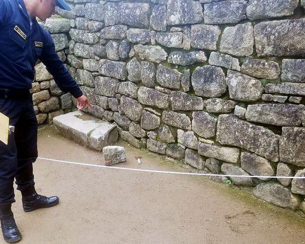 Un Policía muestra la parte afectada.
