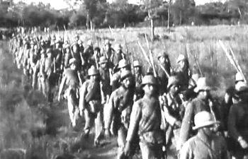 Fila de soldados paraguayos dirigiéndose al frente de la batalla durante la Guerra del Chaco (1932-1935), captada por Roque Funes.