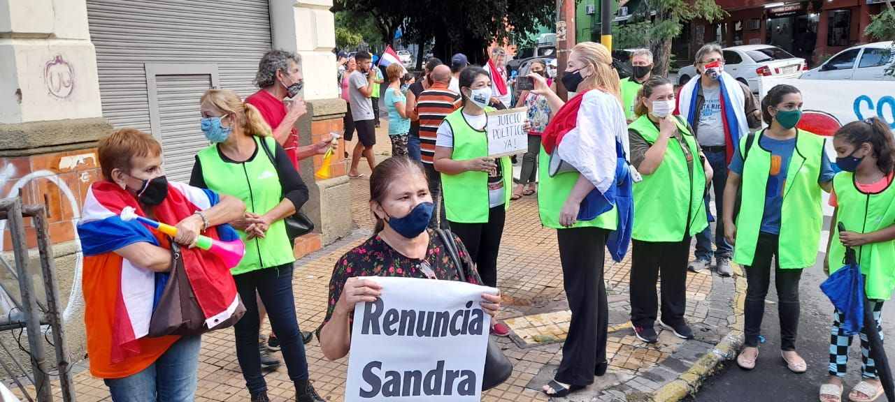 Ciudadanos autoconvocados durante una manifestación realizada para exigir la renuncia de la fiscala general Sandra Quiñónez.